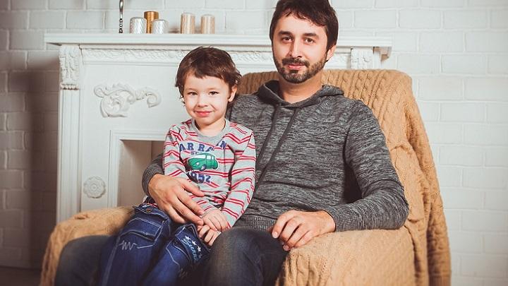 padre-sentado-con-su-hijo-en-el-sofa