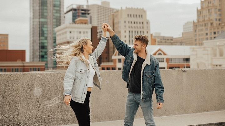 pareja-en-la-ciudad