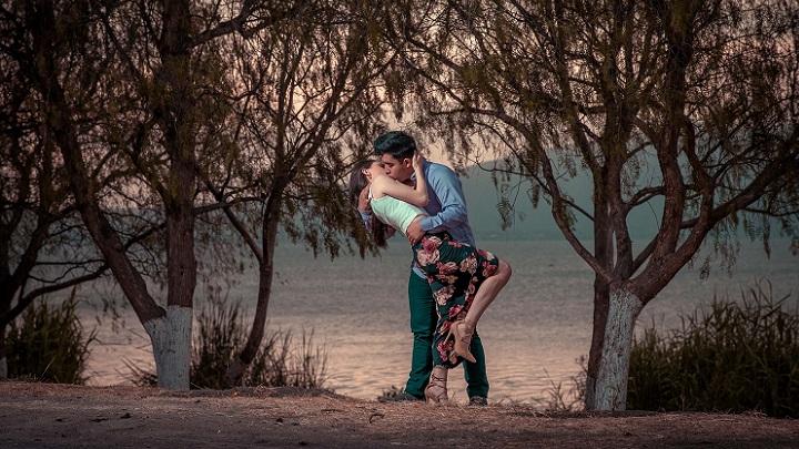 escena-romantica-de-pareja