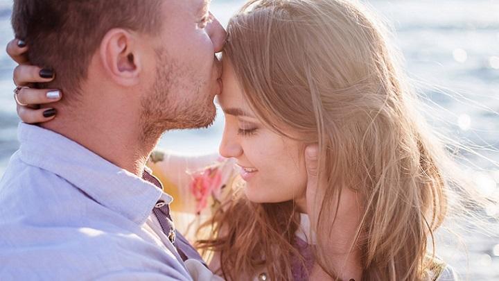 hombre-besa-a-su-pareja-en-la-frente