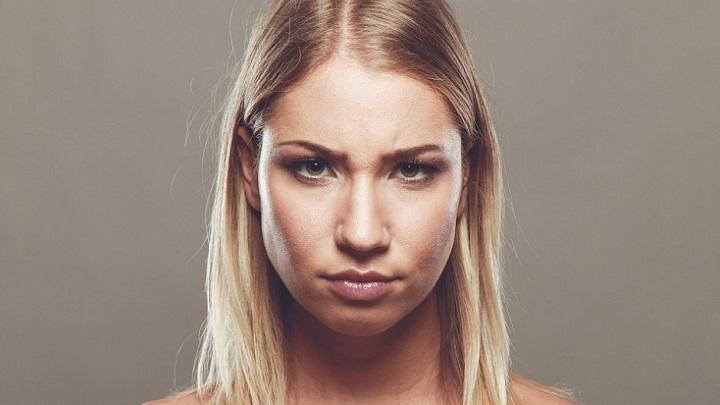 mujer-con-gesto-de-enfado