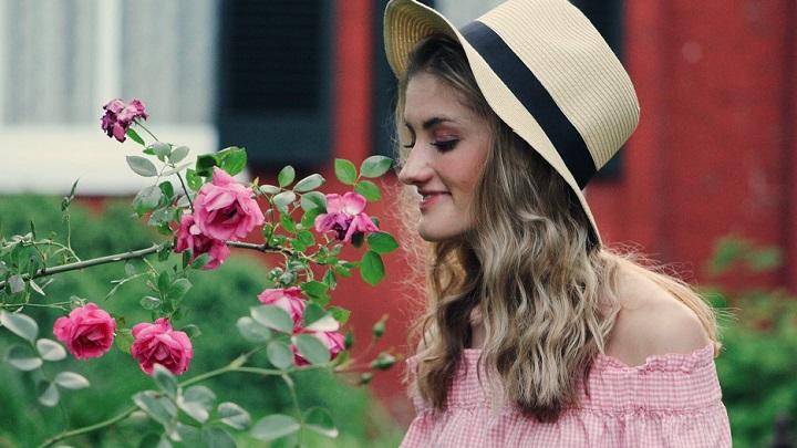 mujer-oliendo-el-perfume-de-las-flores