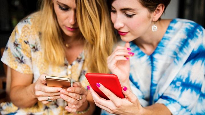 mujeres-viendo-sus-telefonos-moviles