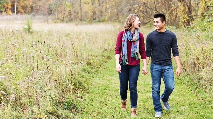 pareja-paseando-por-el-campo