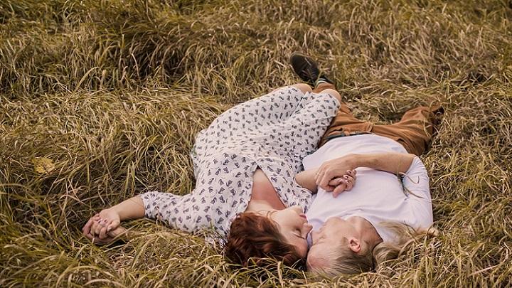 pareja-tumbada-en-el-suelo