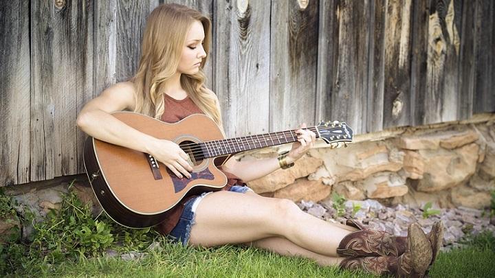 chica-tocando-la-guitarra