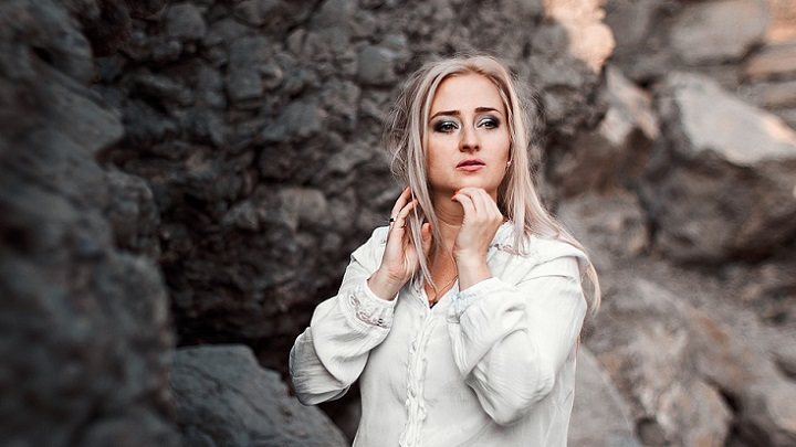 mujer-con-camisa-blanca