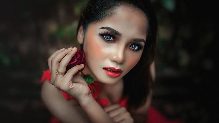 mujer-con-una-rosa