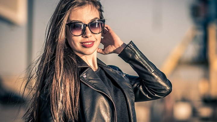 mujer-con-gafas-de-sol