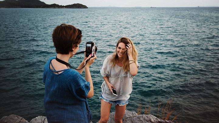 mujer-fotografiando-a-su-amiga