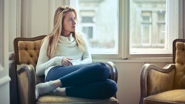 mujer-sentada-en-sofa