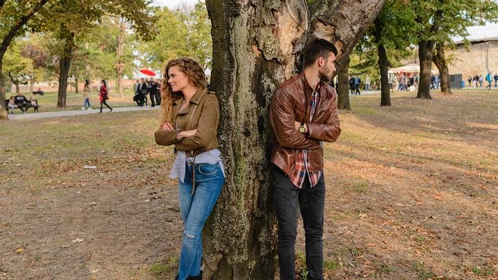 pareja-apoyada-en-el-arbol