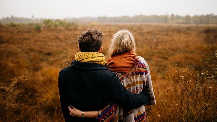 pareja-mirando-el-paisaje