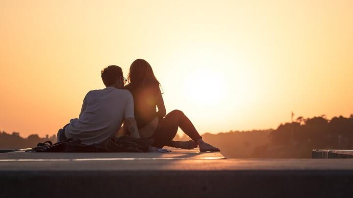 pareja-viendo-la-puesta-de-sol