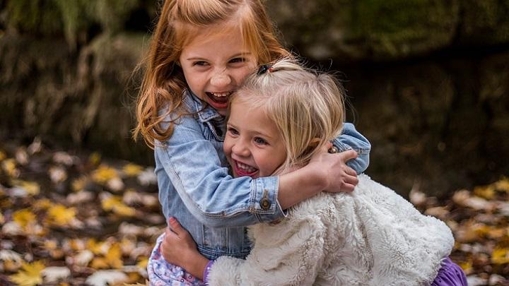 chicas-abrazadas
