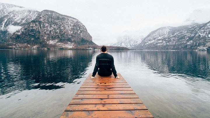 hombre-ante-el-lago