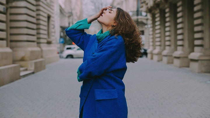 mujer-con-abrigo-azul
