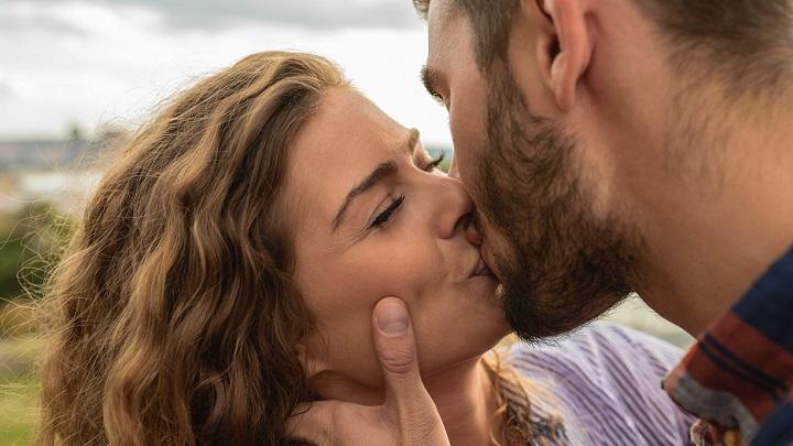 beso-de-pareja