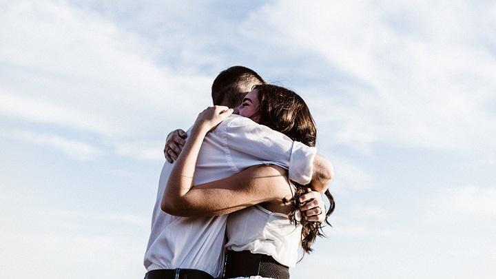abrazo-de-pareja