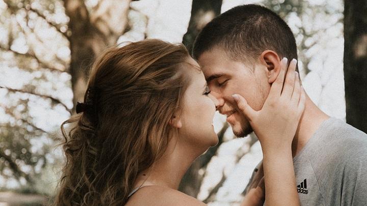 beso-de-joven-pareja