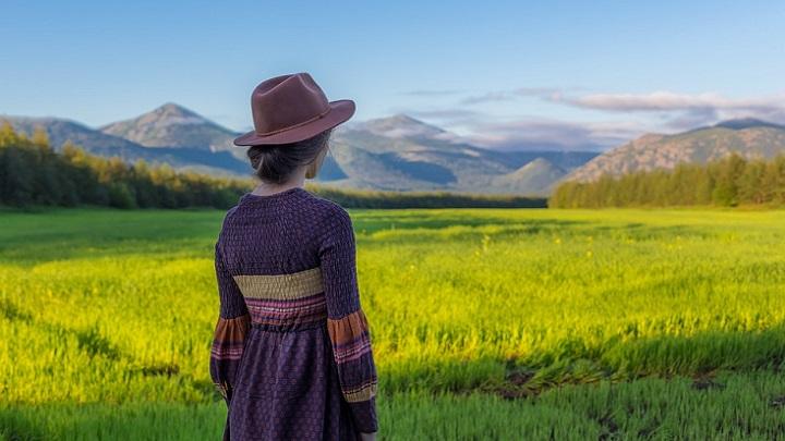 chica-mirando-el-paisaje
