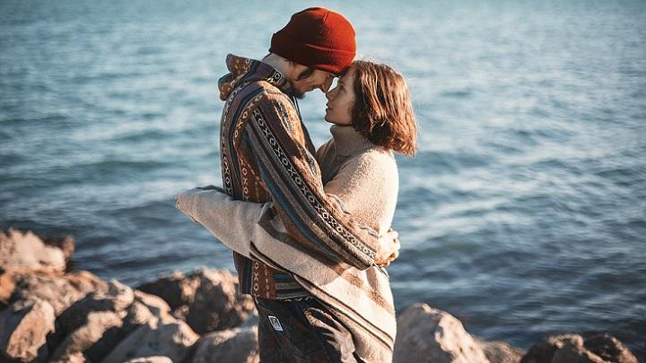 pareja-abrazada-ante-el-mar