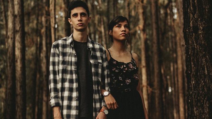 pareja-en-el-bosque