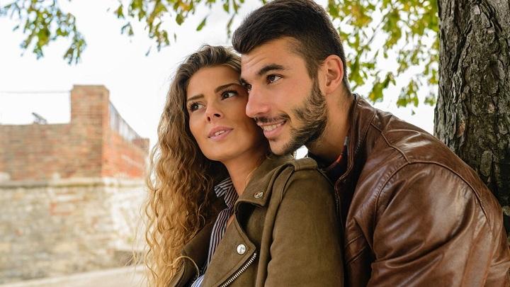 pareja-que-mira-en-la-misma-direccion