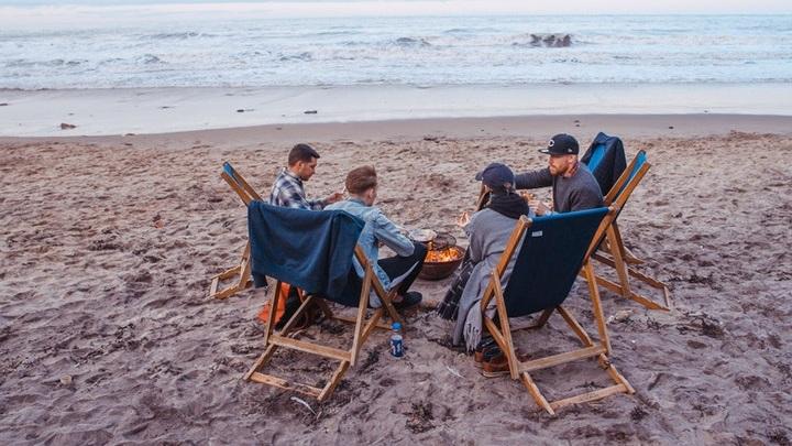 amigos-sentados-en-la-playa