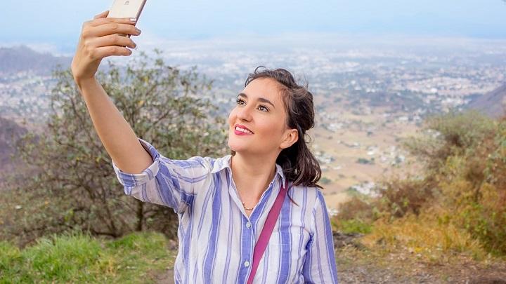 chica-haciendo-un-selfie