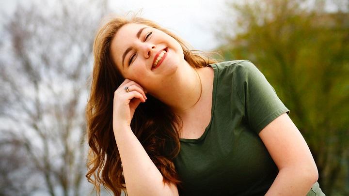 chica-joven-sonriendo