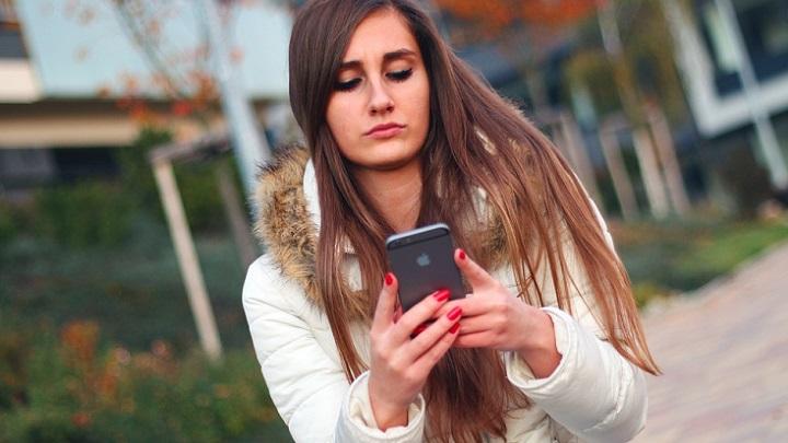 chica-mirando-el-telefono