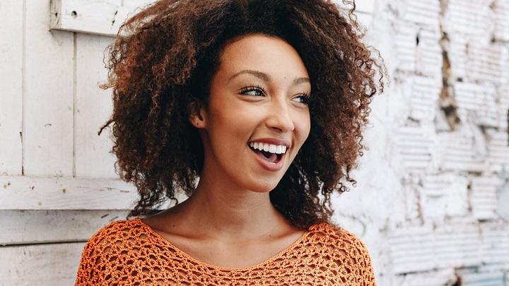 mujer-joven-sonriendo
