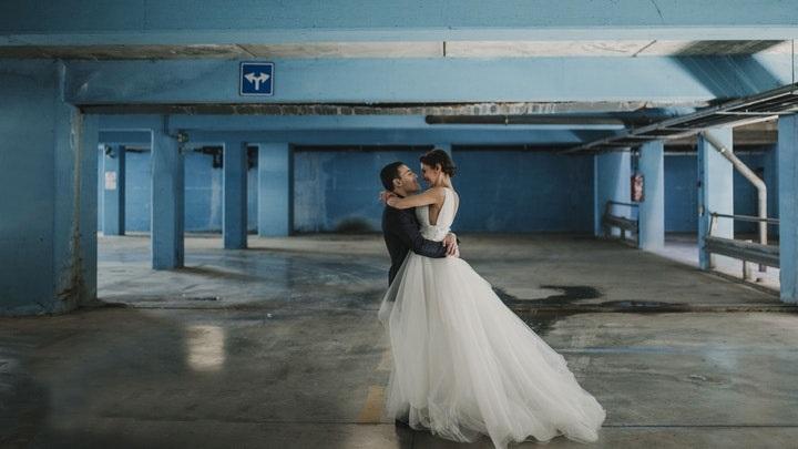 pareja-en-un-garaje