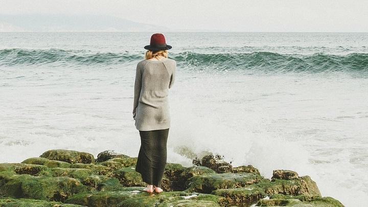 mujer-ante-el-mar