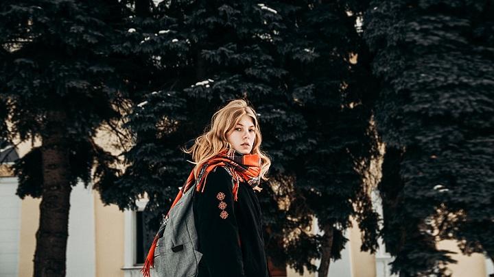 chica-con-mochila