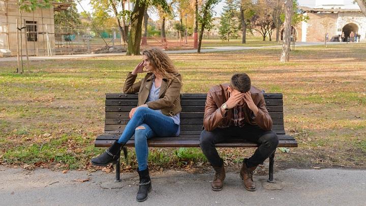 pareja-sentada-en-un-banco