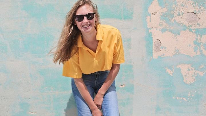 chica-con-camisa-amarilla