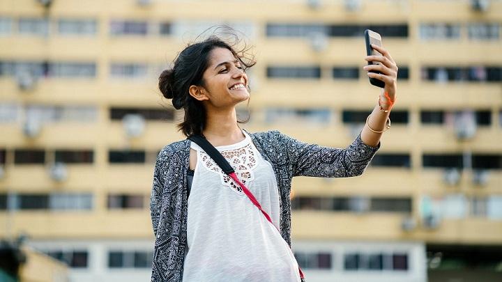 chica-haciendose-un-selfie