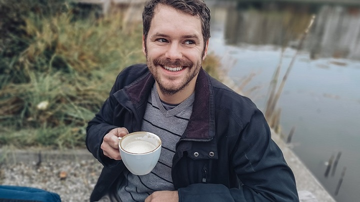 hombre-toma-cafe