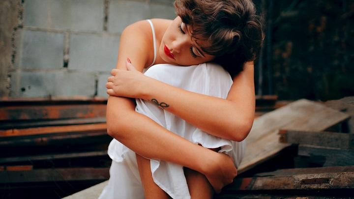 joven-con-vestido-blanco