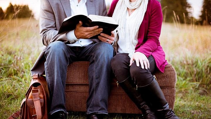 pareja-con-libro