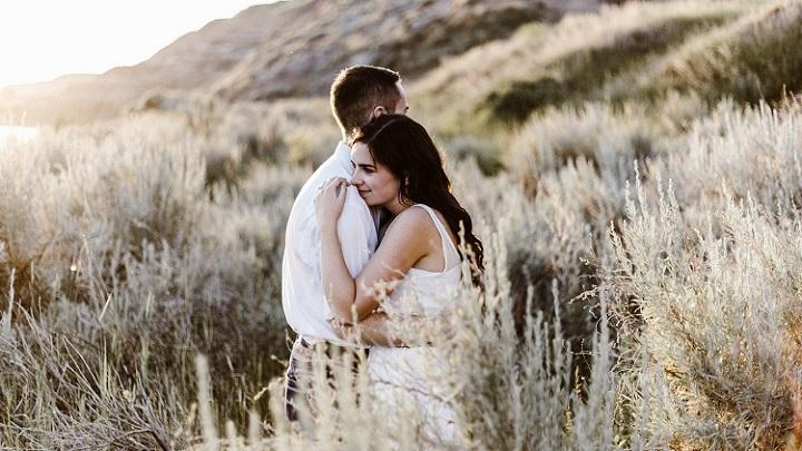 pareja-abrazada-en-naturaleza
