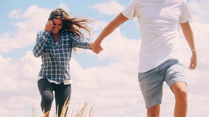 pareja-caminando-de-la-mano