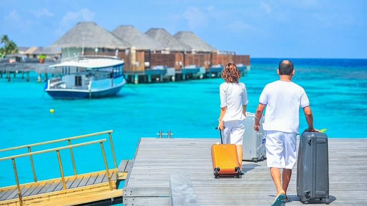 pareja-con-maletas