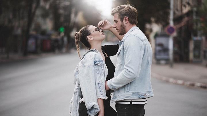 pareja-en-la-calle