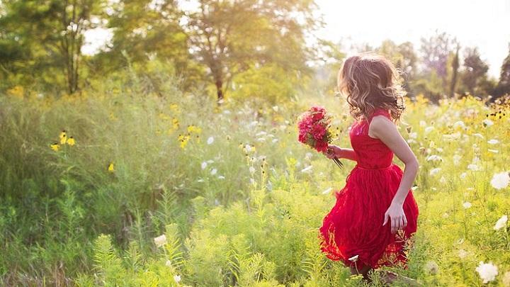 chica-de-vestido-rojo