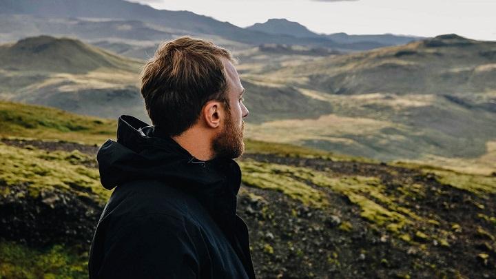 hombre-mirando-el-paisaje
