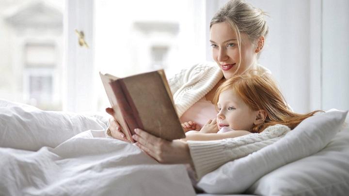madre-e-hija-leyendo-un-cuento