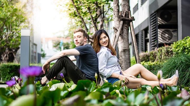 pareja-en-jardin